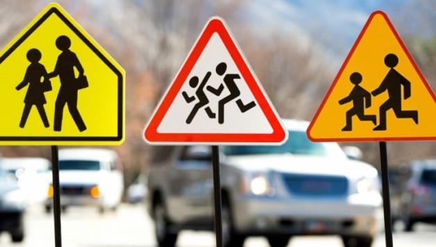 Trois exemples de panneaux de sécurité routière utilisés dans l'étude. De gauche à droite : américain, russe et polonais.